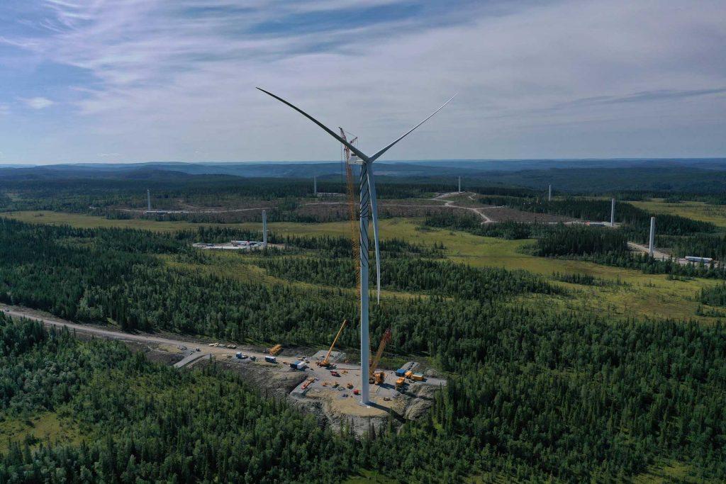 Drönarfoto av det först resta vindkraftverket